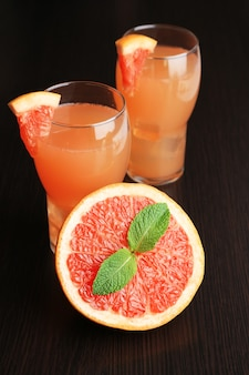 Grapefruitcocktail in gläsern auf holz
