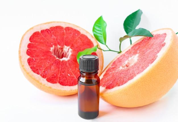 Grapefruitöl mit fruchtscheiben und blättern