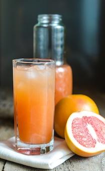 Grapefruitsaft im highballglas nah oben