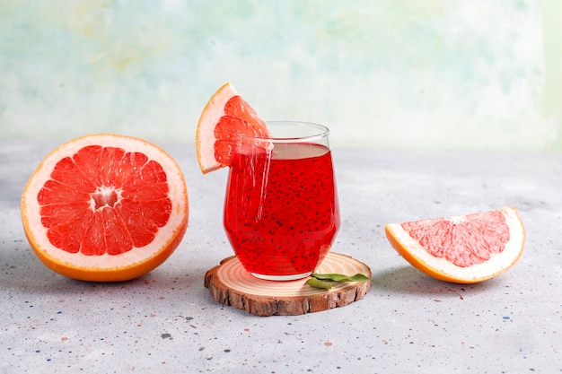 Grapefruitsaft mit basilikumsamen. Kostenlose Fotos