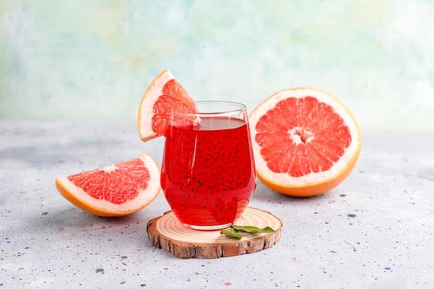 Grapefruitsaft mit basilikumsamen.