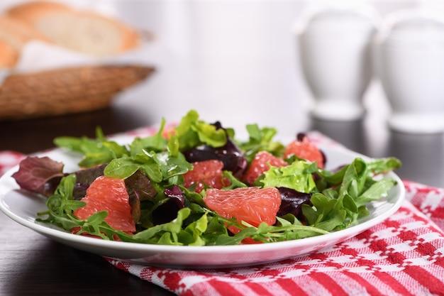 Grapefruitsalat eine mischung aus salat-rucola und oliven-dressing diätmenü vegetarische kost