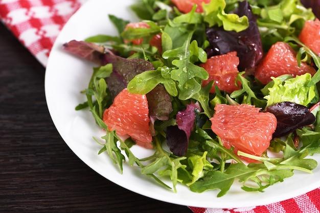 Grapefruitsalat eine mischung aus salat-rucola und oliven-dressing richtige ernährung vegetarisches essen