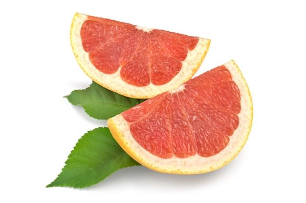 Grapefruitscheiben lokalisiert auf weißem hintergrundausschnitt.