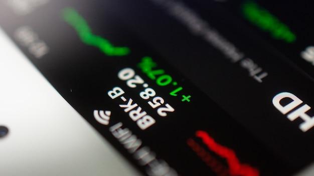 Graphische handelsforex-geschäftsinvestitionen auf dem bildschirm des mobiltelefons soft-fokus