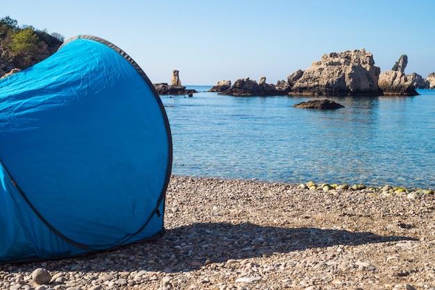 Gratis camping mit zelt auf der schönen insel in taormina