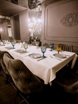 Grau gestrichenes schickes restaurant mit leerem esstisch