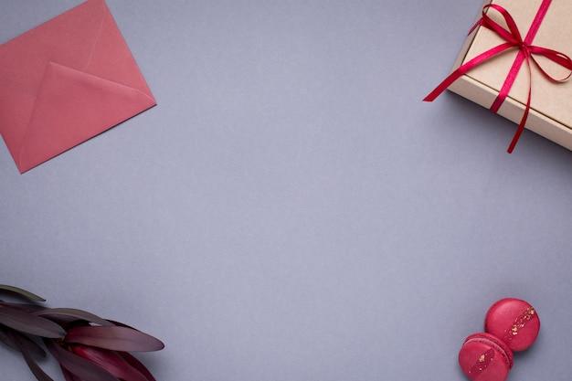 Grau mit geschenkumschlägen, geschenkbox und makronen