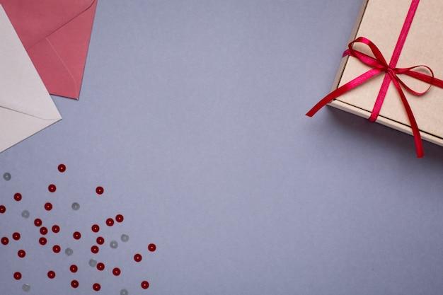 Grau mit geschenkumschlägen und geschenkbox