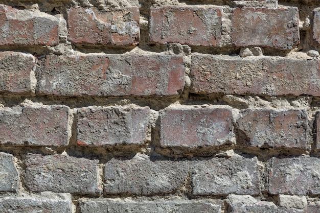 Graue backsteinmauer mit zementabschluß herauf beschaffenheitshintergrund