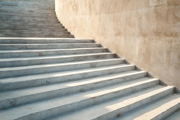 Graue betontreppen im freien