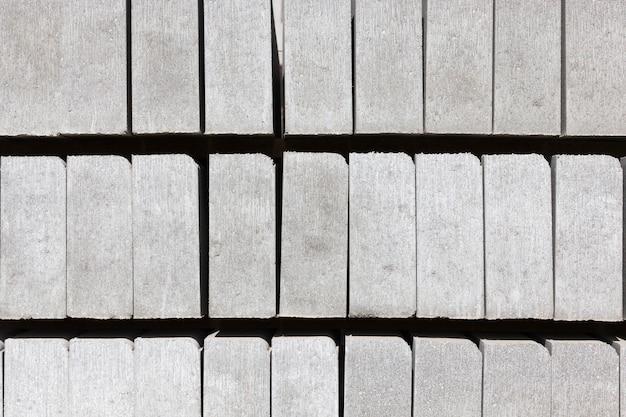 Graue bordsteine und neubaukacheln zum verlegen von wegen und zum bauen von straßen