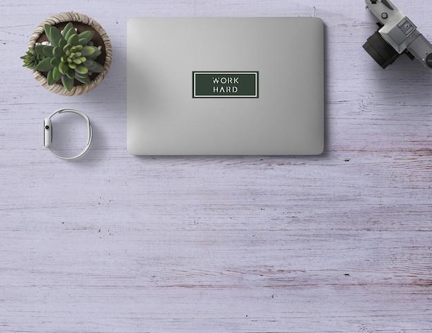 Graue draufsichtszene mit einer silbernen laptopkaktus-intelligenten uhr und einer kamera