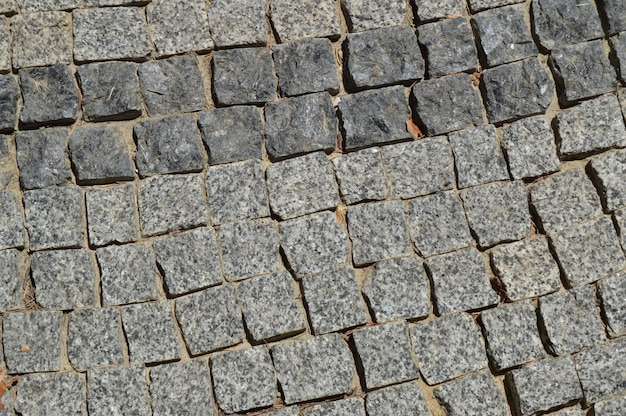 Graue granitsteine des hintergrundes säumten den weg auf der pflasterung