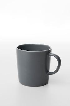 Graue kaffeetasse mit hohem winkel