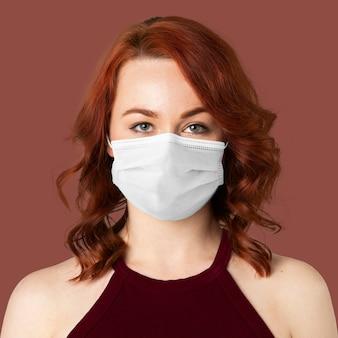 Graue maske auf frau covid-19 prävention fotoshooting