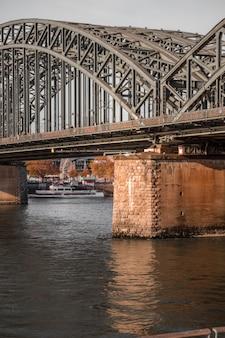 Graue metallbrücke über fluss