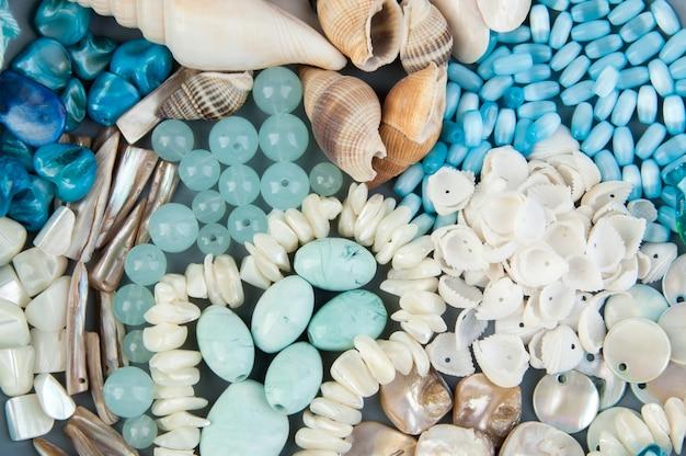 Graue platte mit perlen und muscheln