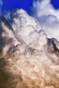 Graue schwarze wolke am blauen himmel