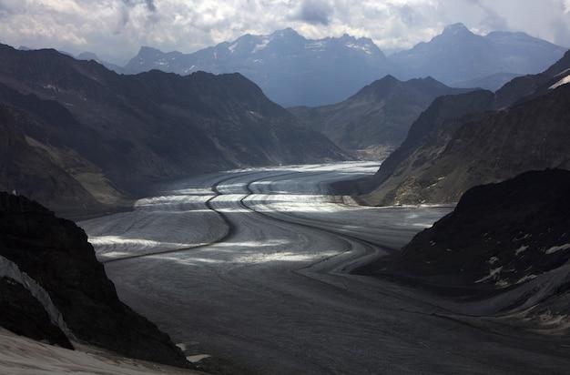 Graue straße umgeben von bergen