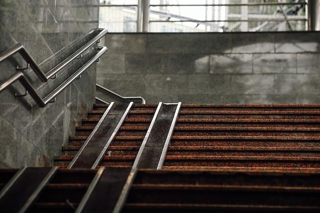 Graue treppe mit rampe für behinderte. urbane architektur. verlassen sie die u-bahn oder u-bahn. foto in hoher qualität