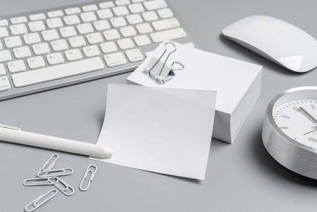 Graue u. weiße stationäre draufsicht für kreatives konzept