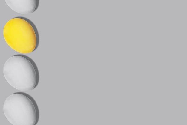 Graue und gelbe eier in der farbe des jahres