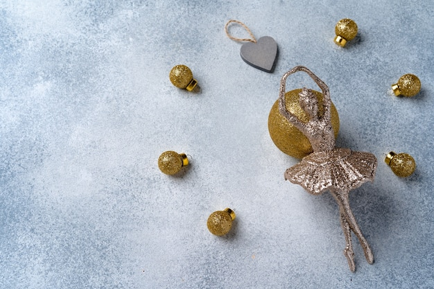 Graue und goldene weihnachtskugeln gefrostet