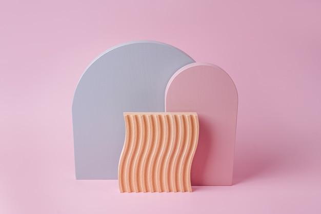 Graue und rosa bögen und holzplatte mit wellen auf rosa hintergrund. stilvoller hintergrund mit verschiedenen geometrischen formen
