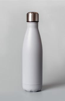 Graue wiederverwendbare flasche auf grauem hintergrund schließen. null abfall, plastikfreies und nachhaltiges lifestyle-konzept