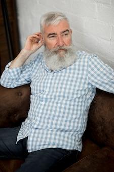 Grauer behaarter stilvoller älterer mann mit langem bart