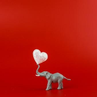Grauer elefant des spielzeugs mit herzen