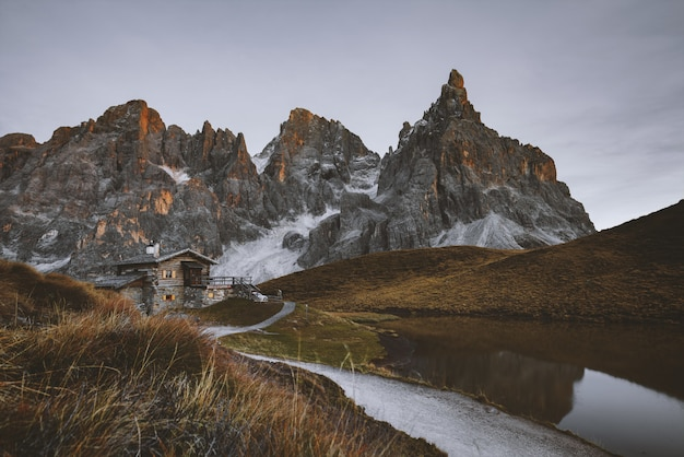 Grauer felsiger berg