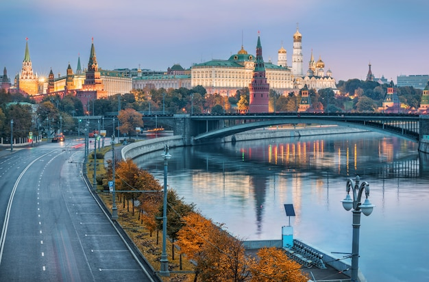 Grauer herbstmorgen im moskauer kreml