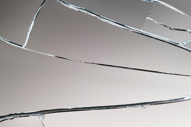 Grauer hintergrund mit gebrochener glasstruktur
