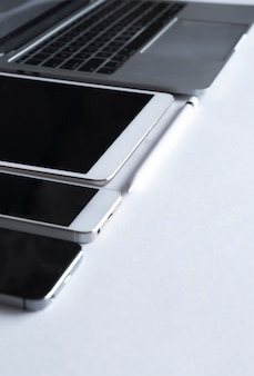 Grauer laptop mit elektronischen geräten