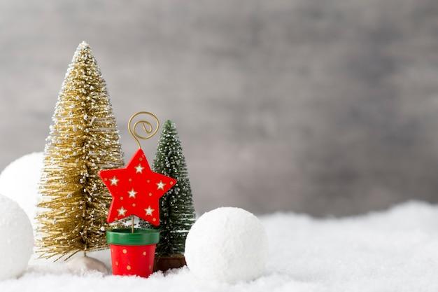 Grauer metallhintergrund und weihnachtsdekoration
