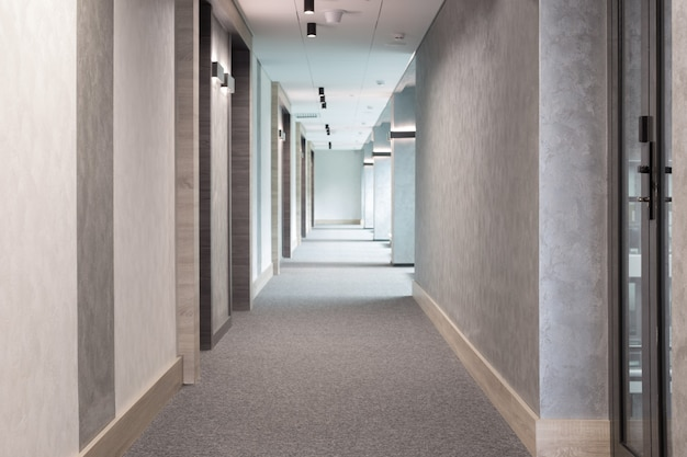 Grauer moderner korridor mit beleuchtung