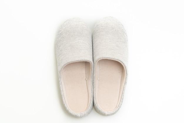 Grauer pantoffel auf weiß