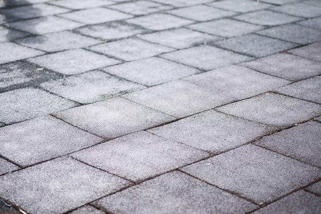 Grauer pflasterstein, fußgängerweg, pflasterabschluß oben, die beschaffenheit, draufsicht. pflastersteine aus beton. pflastersteine