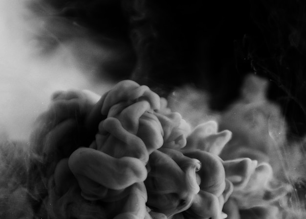Grauer rauch in schwarz