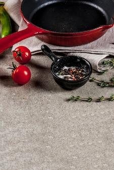 Grauer stein kulinarisch mit leerer schwarzer wanne und auswahl von gewürzen und von gewürzen, copyspace
