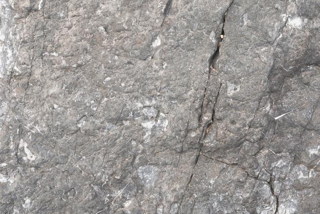 Grauer stein mit einem bruch
