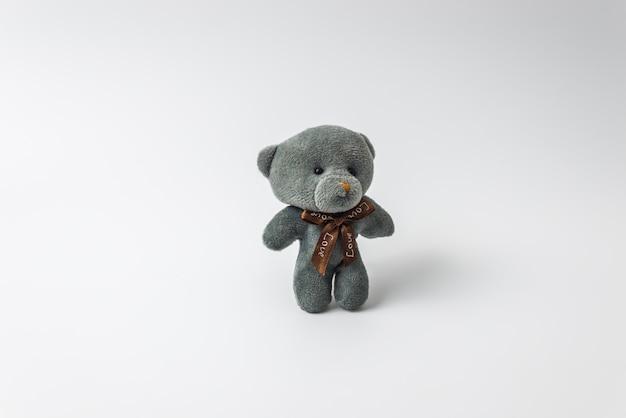 Grauer teddybär betreffen weißen lokalisierten hintergrund