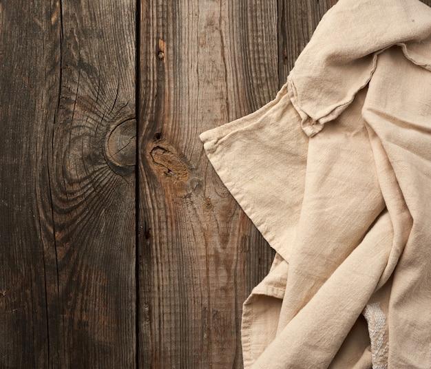 Graues küchentextilhandtuch gefaltet auf einem grauen holztisch von alten brettern, draufsicht