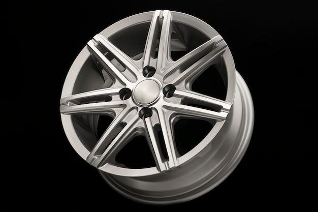 Graues neues leichtmetallrad für auto, seitenansicht nahaufnahme, poliert.