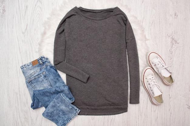 Graues sweatshirt, turnschuhe und jeans