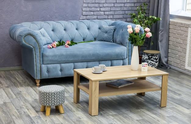 Graues wohnzimmer mit sofa
