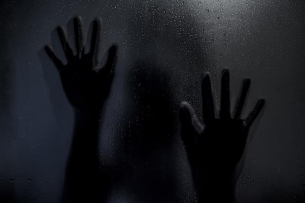 Grausigkeitsgeistermädchen hinter dem mattglas in schwarzweiss. halloween-festival-konzept.