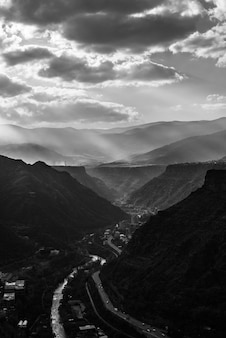 Graustufenaufnahme der straßen durch die berge